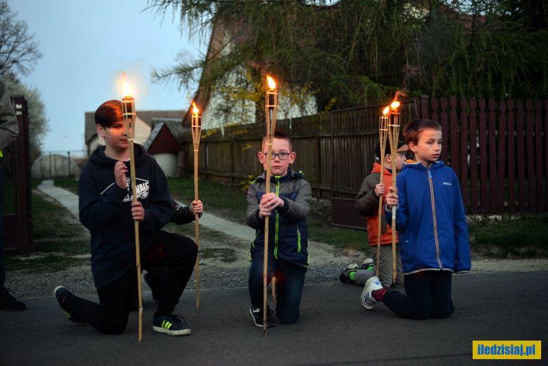 Chłopcy z lampionami