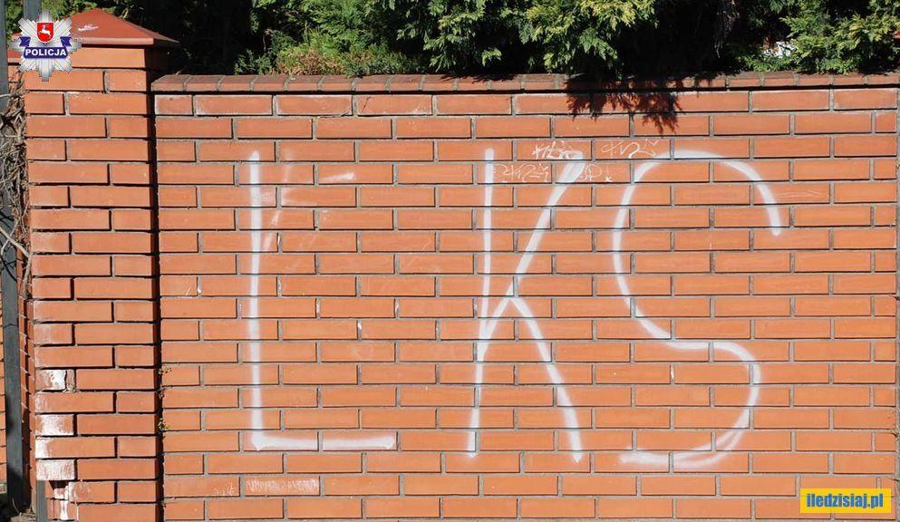 Napis LKS na murze